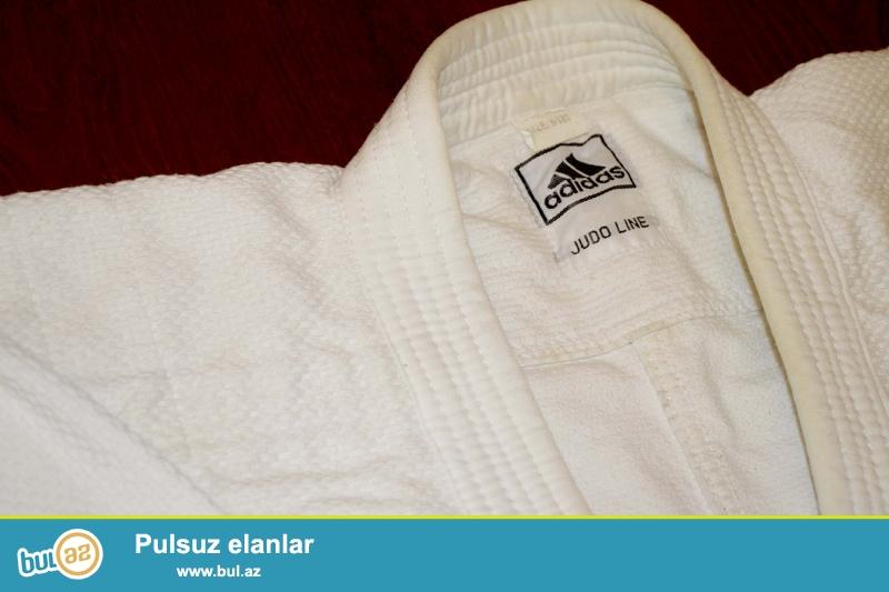 Judo üçün kimano staılır. Ağ rəngdədi kəməridə ağdır...