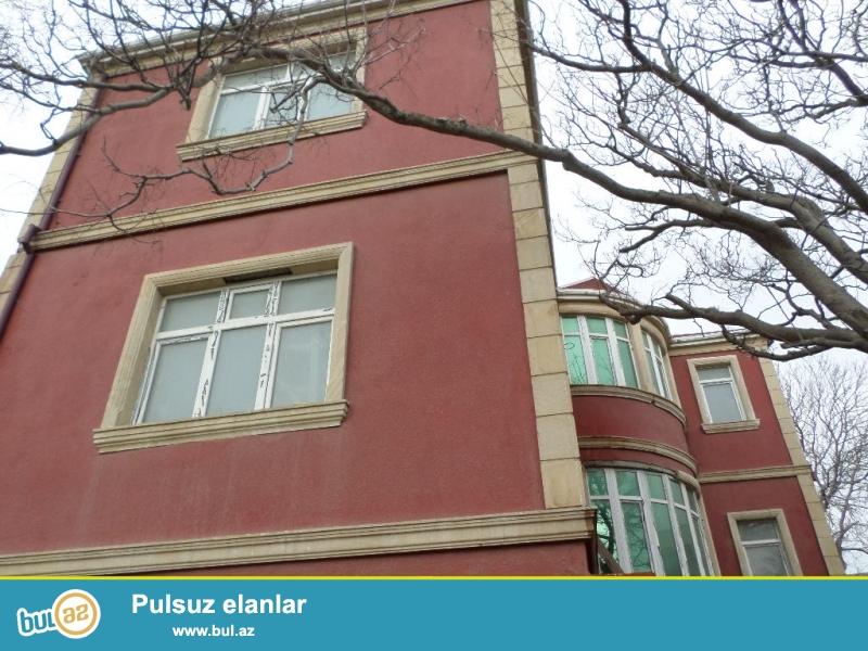 biləcəridə çağırış məntəqəsi ilə üzbəüz 200 metr içəridə 3mərtəbəli villa satılır...