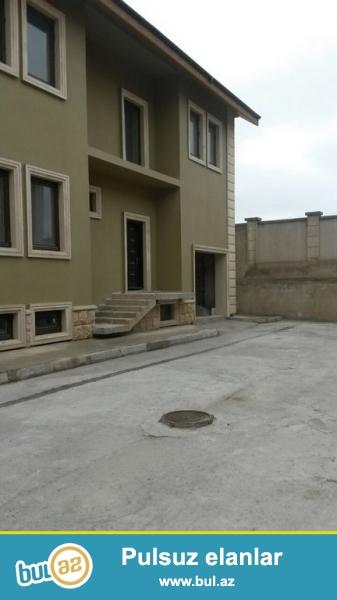 Срочно! В очень престижном комплексе, при въезде в Бузовна, продается полностью обставленный 2-х этажный частный дом, площадью 500 квадрат плюс свой земельный участок 10 сот...