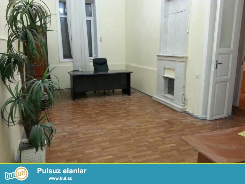 Cдается 4-х комнатное помещение в центре города, около Тезе Пир мечети...