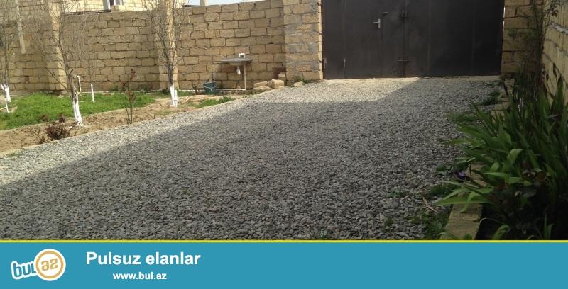 3.5 sot ümumi sahede 3 otaqlı heyet evi(Qabarit 11,8m x 10,5m)<br /> Yaşayış sahesi 91 m2<br /> Qaz,su,işıq,telefon+internet var daimidir...