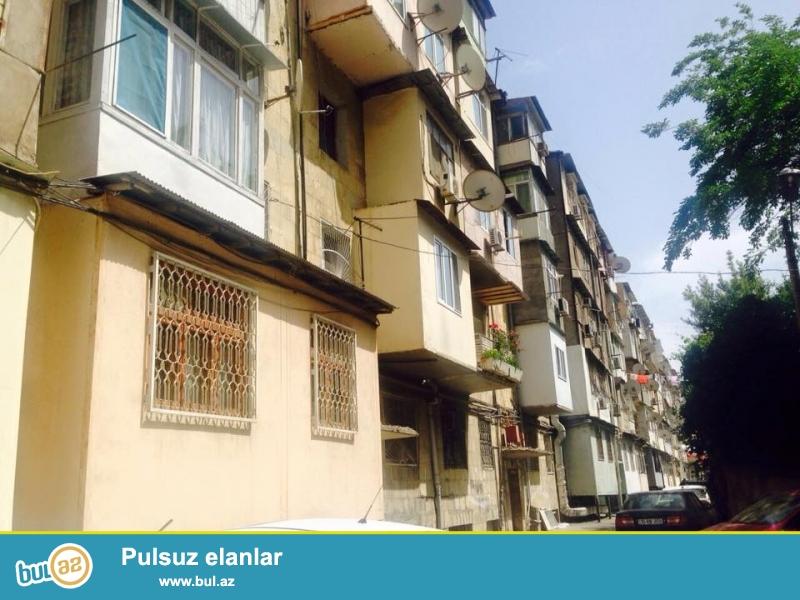 Ərazidə yeganə daş «leninqrad» layihəli binada 3 otaqlı mənzil satılır...