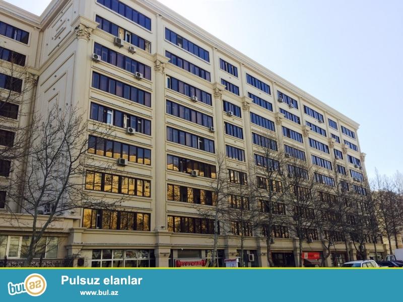 На Эльмляр,по проспекту Метбуат очень срочно продается 2-ух комнатная квартира,переделанная на 3 комнаты...