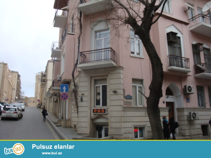 В Сабаиловском районе,около Ахундовского сада сдается 4-ех комнатная квартира...