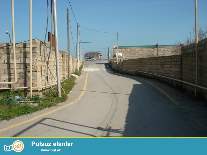 Mərdəkanda təzə yolun qırağında 25 sot hasarlanmış kupçalı torpaq satılır...