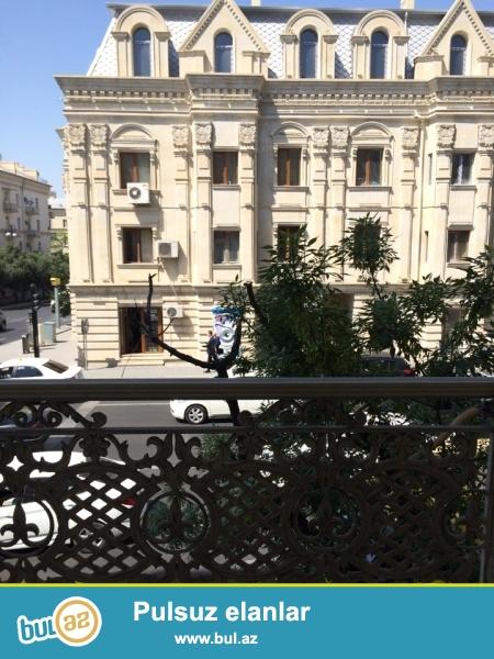 """Сдается 7 комнатное помещение под офис в центре города, по проспекту Азадлыг, рядом с кинотеатром """"Дружба""""..."""