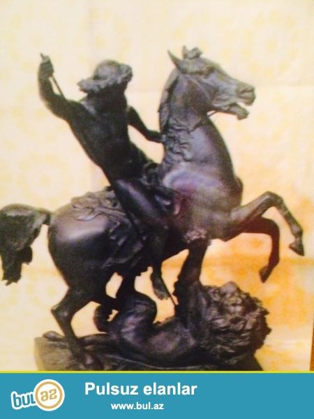 Bu heykel 1858-ci ilde Almaniyanin Klaudenberq seherinde alman heykeltarasi Albert Wolf terefinden duzelmisdir...
