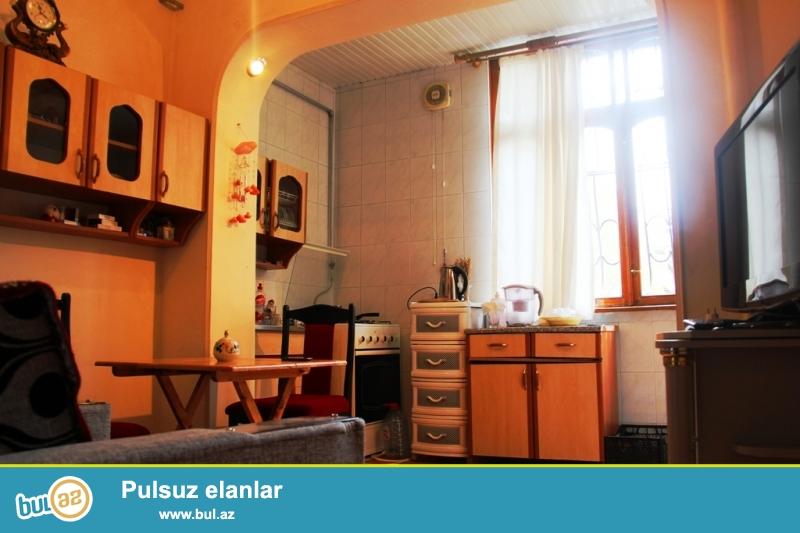 8 mkr, Karl Marks, Istanbul evleri terefde 2 otaq satilir, 55 m2, 9-un 2-ci mertebesi, balkonlari heyete baxir, temirli, temiz, kupchali, daimi su, ishiq, qaz, istilik sistemi var, butun lazimi obyektler yaxinliginda yerleshir.