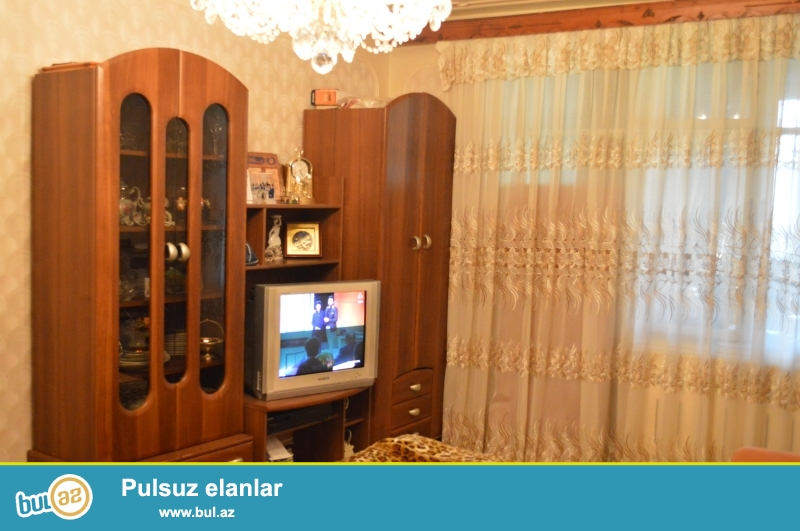 N.Nerimanov m-su yaxinliginda,5mertebeli dash binanin 5 ci mertebesinde 3 otaqli orta temirli,iki terefe balkonu olan,heyetde dash qaraji olan ev satilir