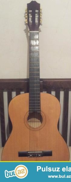 Az iwlenmiw keyfiyyetli klassik gitara satilir.Gitaranin taxtasi cox berk ve keyfiyyetlidir...
