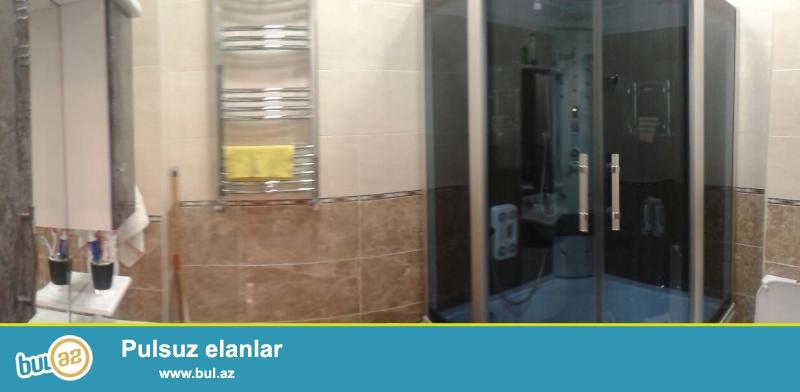 Qara Qarayev metrosunun yaxinliginda.<br /> <br /> Yeni tikili evro temirli qazı kombisi daimi suyu işıqı lifti olan binada super təmirli 2 otaqlı mənzil kirayə verilir...