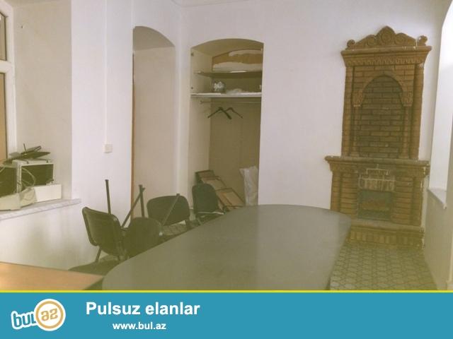 İçəri Şəhərdə  ümumi  sahəsi  100 kv.m.  olan  ofis  kirayə  verilir...