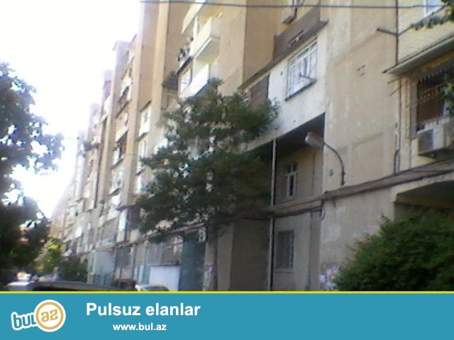 """Продается 3-х комнатная квартира в районе Ени Ясамал, рядом с домом торжеств """"Гюлюстан""""..."""