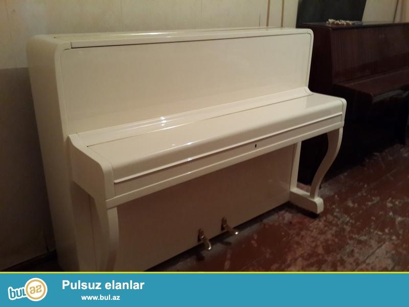aq rengli 2 pedalli rosler pianinosu fiqurlu ayaqli ve qehveyi rengli sholze  pianinosu  ideal vziyyetdedir