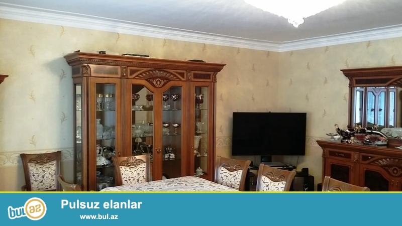 В Бинагадинском районе,в 8 МКР срочно продается 5-ти комнатная квартира переделанная в 4 комнаты...