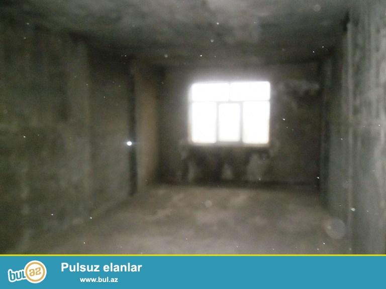 Yeni Yasamalda akkordun binasinda  2otaqli padmayaq menzil yasayis olan binadir qaz, su,isiq daimidir