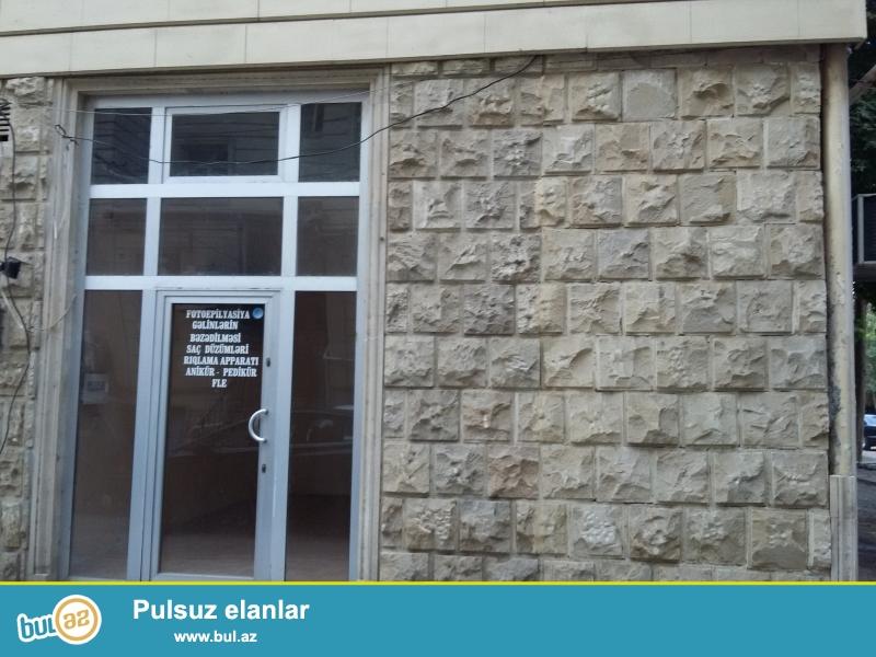 Şəhərin mərkəzi, Mərkəzi kitabxananın binası, Yeraltı keçidin qabağı. 2 hissədən ibarətdir...