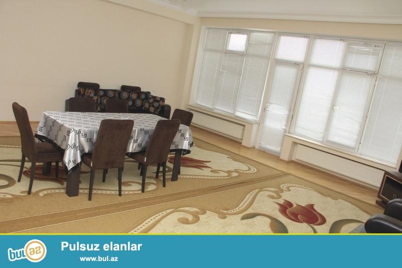 Срочно! 3а Американским посольством рядом с Насиминской прокуратурой , сдается в аренду квартира, Квартира со средним ремонтом, площадью 100 квадрат, полностью обставлена мебелью...