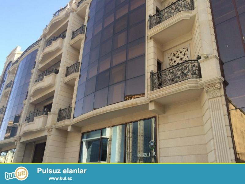 По улице Ахмед Раджабли , в новопостроенном бизнес центре  с отдельным парадным  входом с центральной улицы , 2/6, cдаётся в аренду на долгий срок объект площадью 750  квадрат...