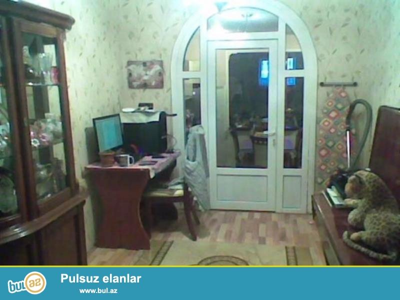 Срочно! На пересечении Алескера Алекперова  с  Киевским проспектом  , продается  4 -х комнатная квартира старого строения ( 3-и комнаты + 1 комната пристройка ), 1/5 ...