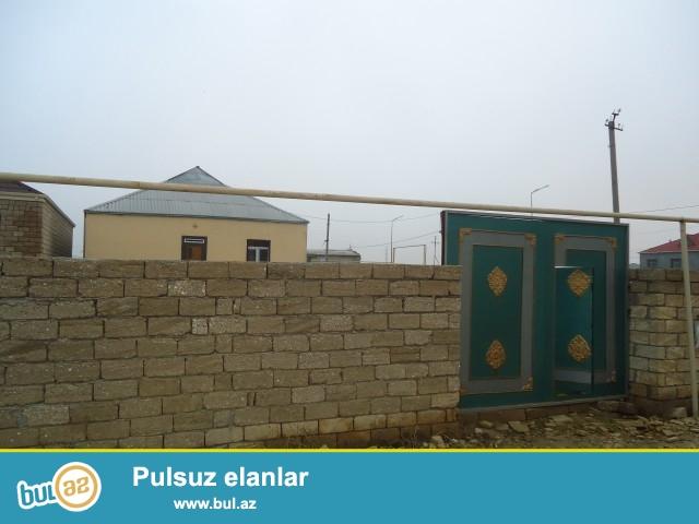 Zərnişan Sabunçu rayonu, Kürdəxanı qəsəbəsinin girəcəyində tam yolun kənarında,173, 185 nömrəli marşurutun dayanacağına 10 metr məsafədə 3 sot torpaq sahəsində, yeni tikilimiş 8 daş kürsülü ümumi sahəsi  110 kv...