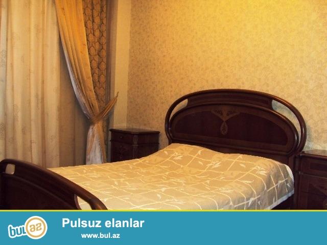 Около Насиминского базара сдается 3 ком квартира, большие и светлые комнаты, есть вся мебель для комфортного проживания...