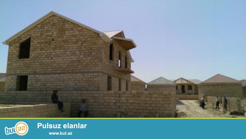 Masazır dairəsinə yaxın,  169 nömrəli marşrut yolunda, Araz marketin yanında, dayanacaqa 5 dəqiqəlik yol,   2 mərtəbəli  200 kv yeni tikili  villa...