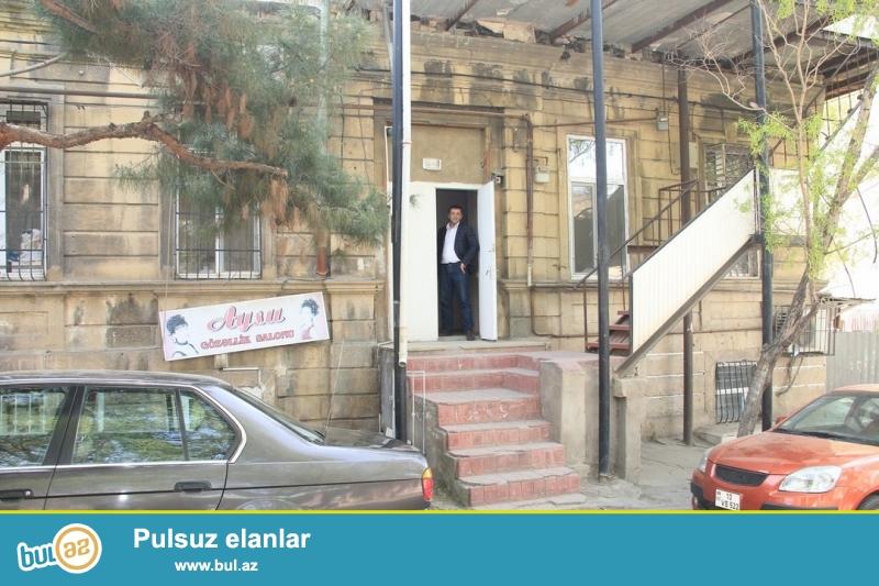 Срочно !  В близи  станции метро Низами почти на улице Aбилова  продаётся 2-х комнатная квартира сталинского проекта , 1/2 , площадью 35 квадрат...