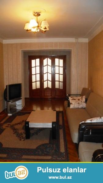 Cдается 4-х комнатная квартира в центре города,около памятника Азизбекова...