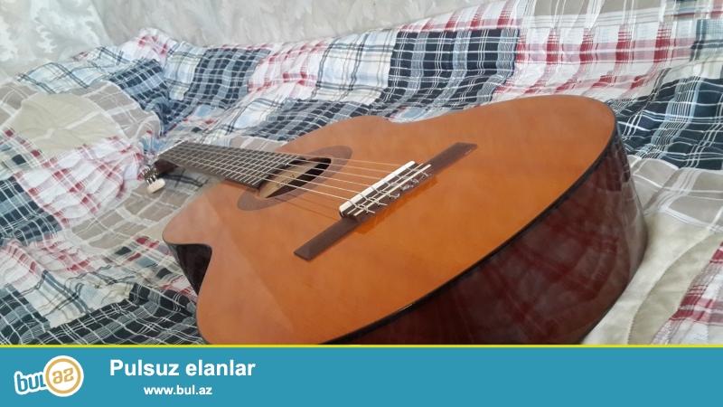 Gitara satiram ela veziyyetde orginal futlari ile birlikde