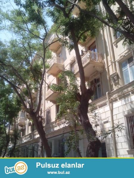 Продается 2-х комнатная переделанная в 3-х комнатную квартиру, при помощи пристройки, по проспекту Строителей, 5/5, проект сталинка, каменный дом, общая площадь 60 кв...