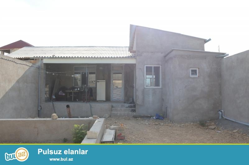 Abşeron rayonu, Qobu qəsəbəsi, 2№li məktəb və 167№li avtobusun son dayanacağının yaxınlığında ümumi sahəsi 5,5 sot olan 5 otaqlı həyət evi satılır...
