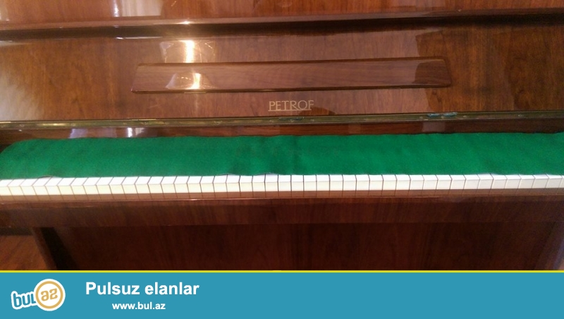 PETROF pianosu, ela veziyyetde. 3 pedallıdır, ideal mexanika ve akustikaya malikdir.