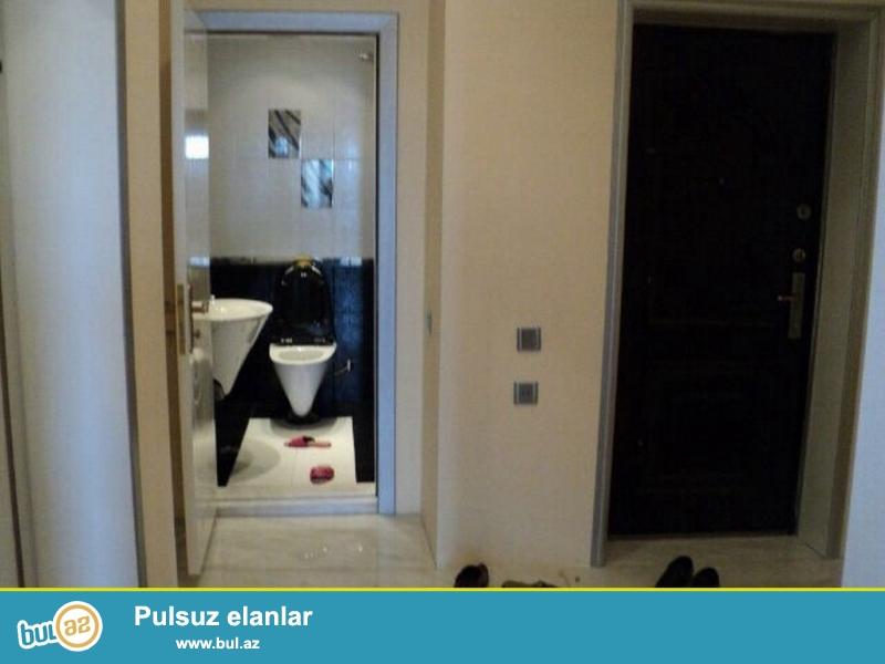 Очень срочно! Pядом с м/с Низами , продаётся  3-х комнатная квартира нового строения , 14/16     130 квадрат, квартира с евроремонтом, полностью обставлена дорогой мебелью и орг техникой...