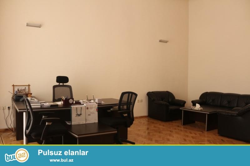 Səbail Rayonu Üzeyir Hacibəyov Küçəsi Metro Sahilin yaninda 3/3 ümumi sahəsi 300 kv...