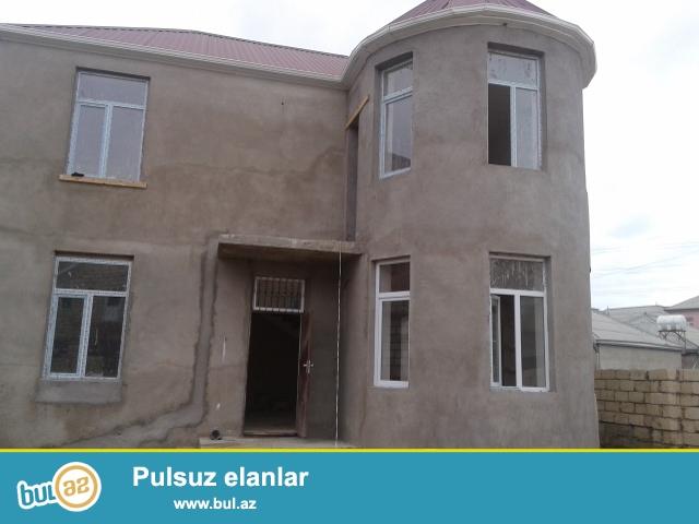 Masazırda, 69 nömrəli marşrut yolunun üstündə, Araz marketin yaxınlığında, 2 mərtəbəli 5 otaqlı, 1 geniş zalı, geniş dəhlizi,  2 hamamlı yeni tikili  villa...