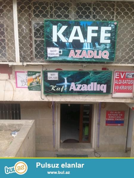 Kafe satiram Azadlıq metrosunun çıxışında, avtobus dayanacagın qabagında...