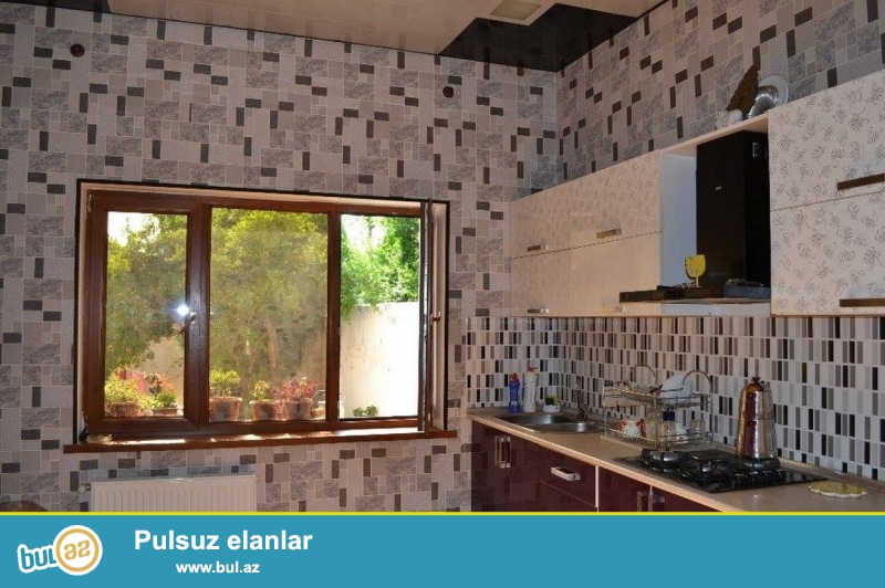 В  посёлке Расулзаде улица Ильхам Хачыев около д./м Efsane продается  на 5 сотках 2 дома старого строения  со средним ремонтом...