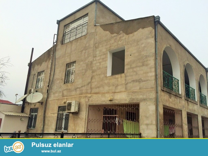 <br /> Срочно! В поселке Мардакан, при въезде в Шаган, около клиники *Shefa* продается  9-и комнатный , 3-x этажный дачный дом , площадью 450 квадрат, расположенный на 9 сотках (по документам 6 сот ) приватизированного  земельного участка...