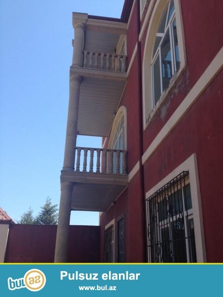 Azadlıq pr 43 də 3 mərtəbəli evin 2 ci mərtəbəsində 80  kv metrlik 3 otaqlı, 2 yataq bir qonaq otağı, balkonu, hamamı, mətbəxi...