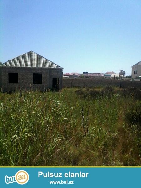 Hovsanda tecili olaraq 14 sot torpaq satilir. Ustunde 120 m2 ev tikilib dami vurulub pencereleri yoxdu...