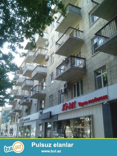 Продается 1-а комнатная квартира, по проспекту Строителей, над рестораном Мадо, проект хрущевка, каменный дом, 2/5, общая площадь 35 кв...
