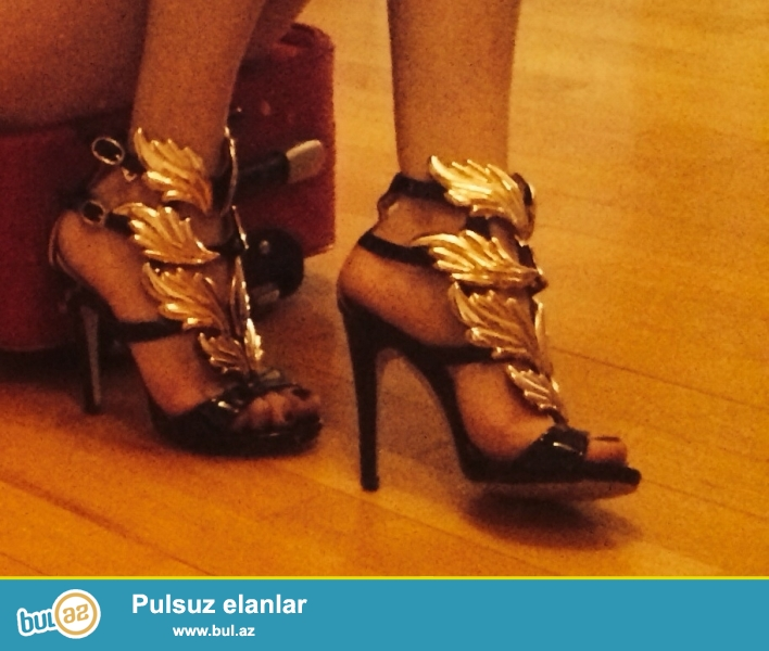 Ayakkabı cemi bir defe geyinilib tele kanalların birinde tezedir qiymeti razılawmaq olar