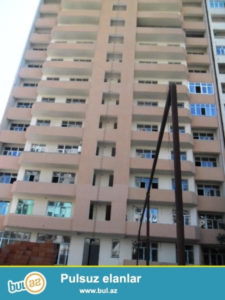 Nermanov rayonu    Hesen Eliyev kucesinde   temire buraxilmis binada 3otaqli,  166kv, padmayaq menzil, yasayis olan binadir,  su, isiq  lifti var.