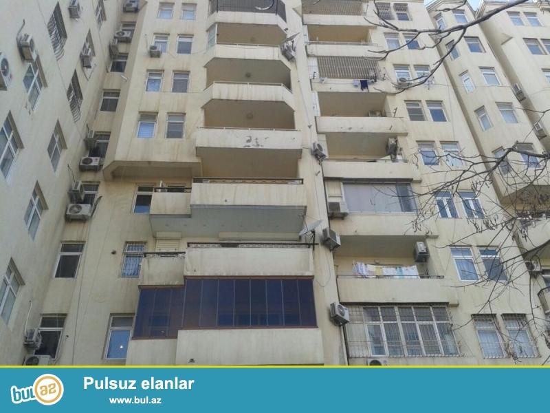 В районе Гянжлик, напротив Абу петрол, в элитном, полностью заселенном комплексе сдается 4-х комнатная квартира, 10/8, общая площадь 200 кв...