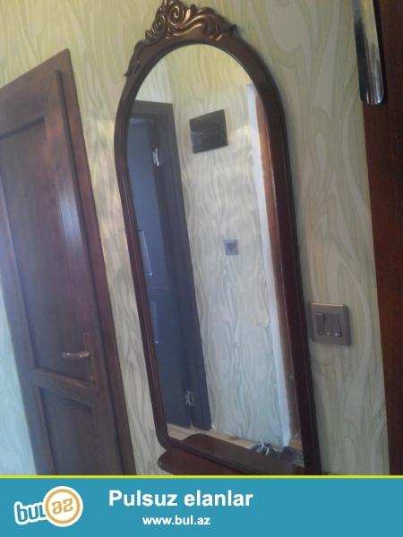 Продаю зеркало в деревянной лакированной раме, внизу есть небольшая полочка...