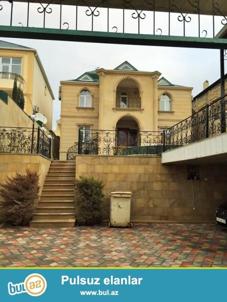 Очень срочно! Во 2-ом  жилом массиве Бадамдар, в 400 метрах от центральной дороги продаётся    2-х этажный , полностью облицованный аглаем   6-ти комнатный  частный дом,  площадью 300 квадрат расположенный на  6 сотках...