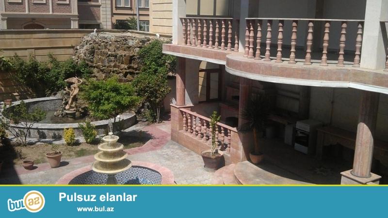 Срочно! По проспекту Ататюрк, рядом с Bank of Baku продается 2-х этажная, 9-и комнатная, площадью 500 квадрат,  с евро ремонтом вилла...