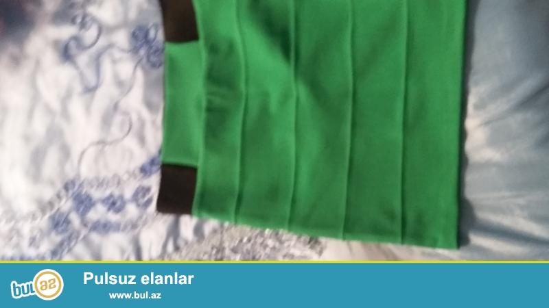 Добрый день Как видите на картинке две юбки 1 из них зеленая разделенная стоят 10 манат но я ее покупала за 25 манат куплена была в Турции очень качественная всего лишь один раз была надета...