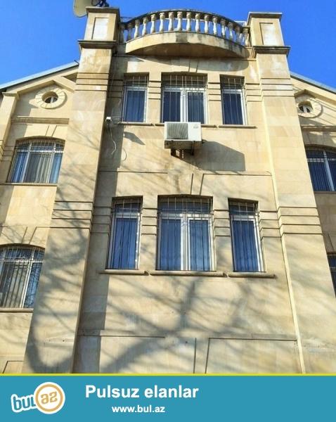 Очень срочно сдаётся в аренду на долгий срок 4-х этажный ,10 комнатный особняк расположенный вблизи  проспекта Теймура Алиева ...